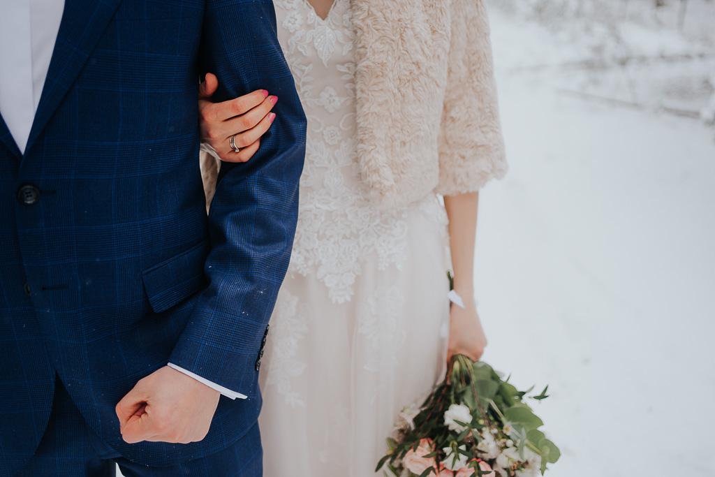 biżuteria ślubna,suknia ślubna z futerkiem, kwiaty na ślub zimowa sesja Piotr czyżewski fotografia