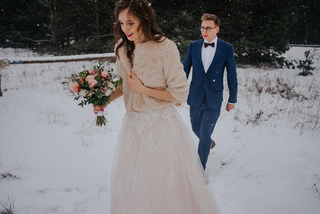 para młoda spaceruje w śniegu zimowa sesja Piotr czyżewski fotografia