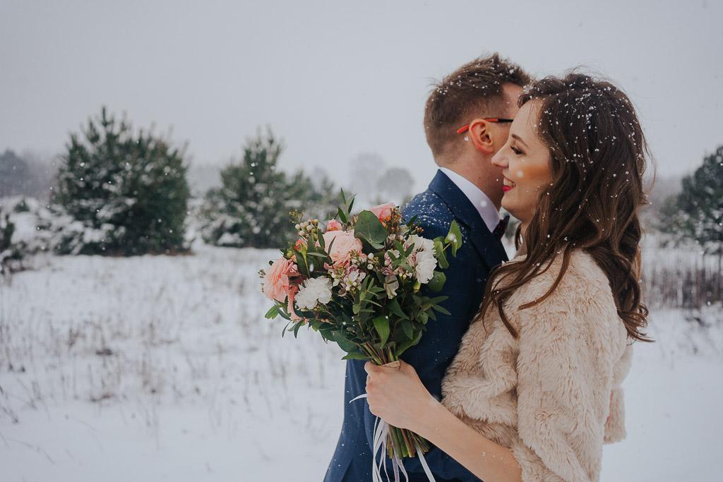 kwiaty na ślub zimą zimowa sesja Piotr czyżewski fotografia