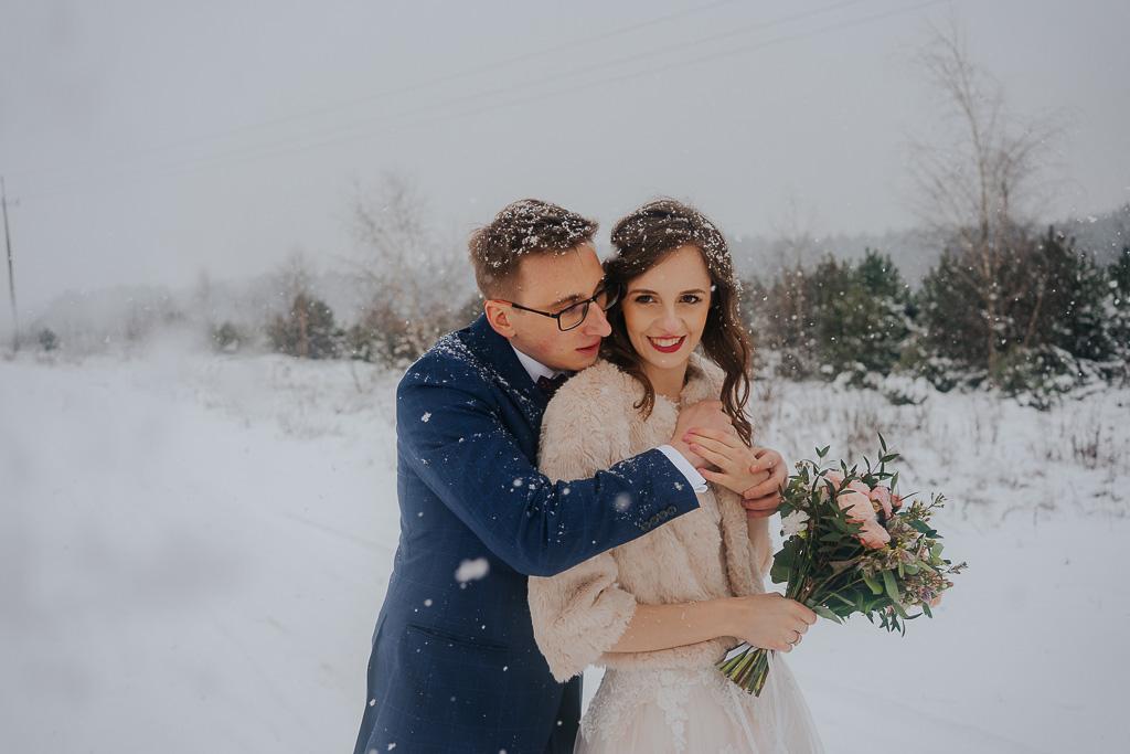 para młoda w śniegu zimowa sesja Piotr czyżewski fotografia