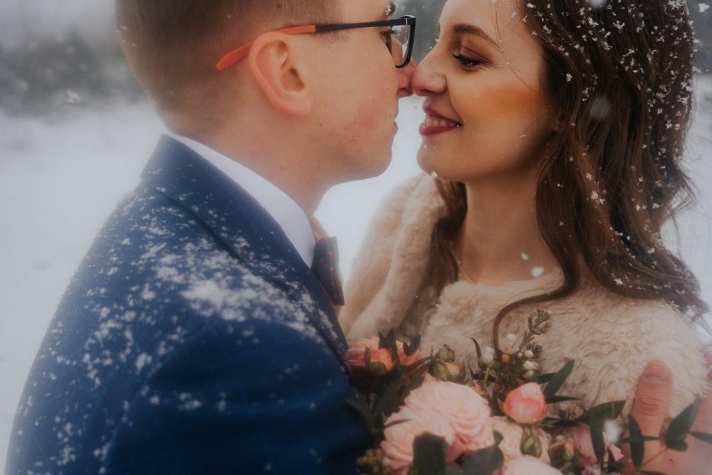 pocałunek pary młodej w śniegu zimowa sesja Piotr czyżewski fotografia