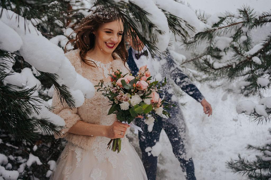 para młoda wśród drzew pokrytych śniegiem zimowa sesja Piotr czyżewski fotografia