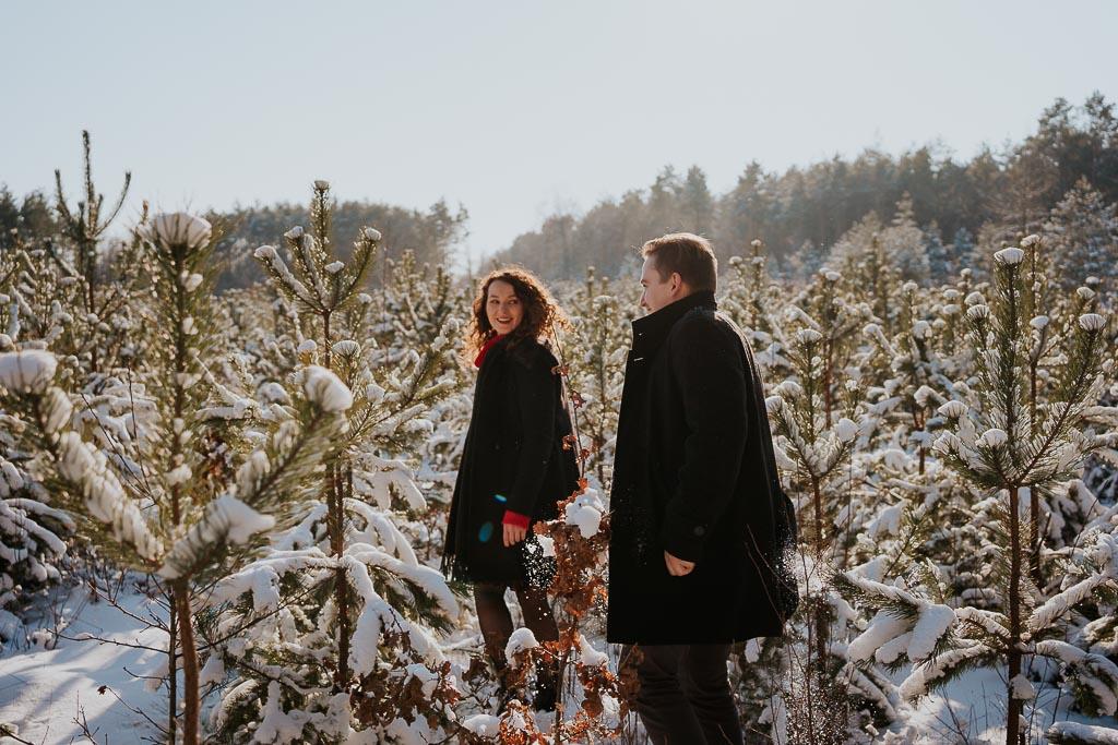 narezeczeii las zima sesja fotograf Legionowo Piotr Czyżewski