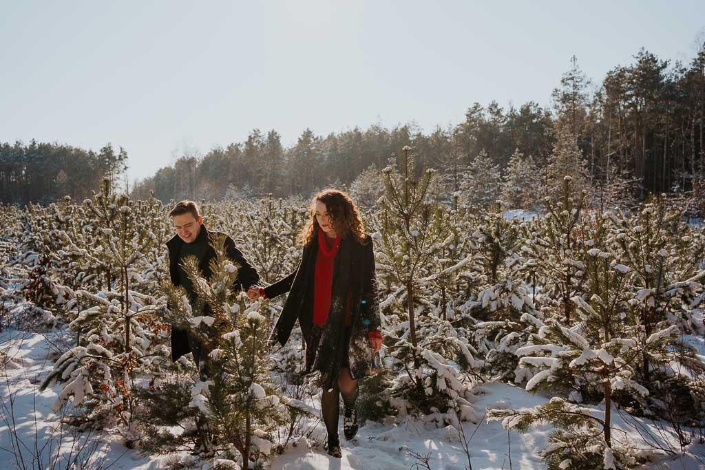 zakochana para spaceruje w lesie zimą fotograf Legionowo Piotr Czyżewski