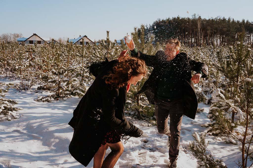 śnieżna wojna w lesie zima fotograf Legionowo Piotr Czyżewski