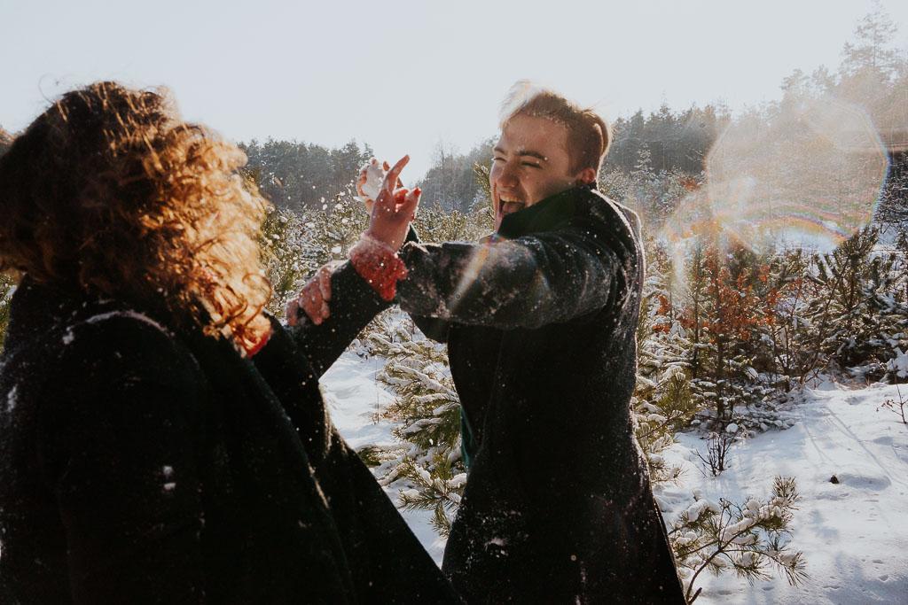 bitwa na śnieżki loki zakochani sesja narzeczeńska zimą fotograf Legionowo Piotr Czyżewski