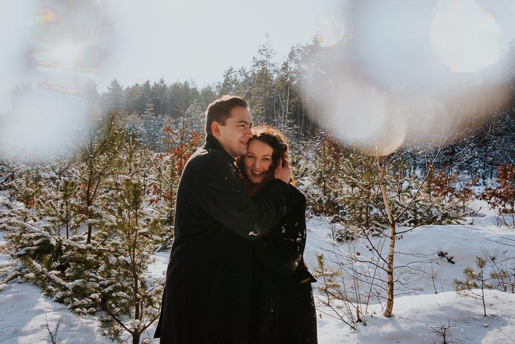zakochana para przytula się fotograf Legionowo Piotr Czyżewski