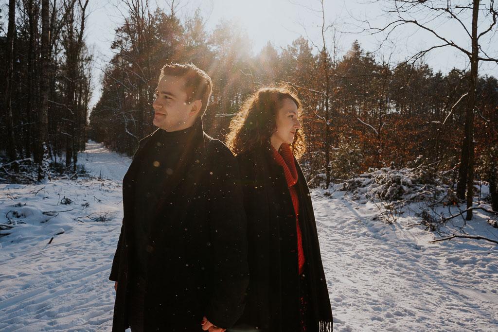 portret zakochanych w promieniach słonecznych zima w lesie fotograf Legionowo Piotr Czyżewski