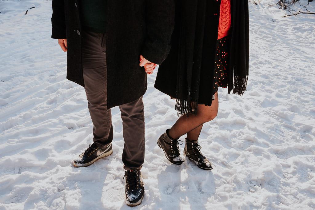 zakochana para trzyma się za ręce fotograf Legionowo Piotr Czyżewski