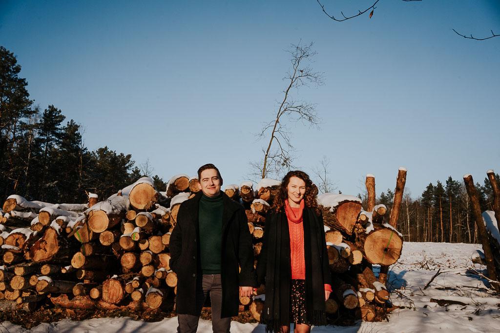 portret zakochanej pary na tle ściętych drzew fotograf Legionowo Piotr Czyżewski