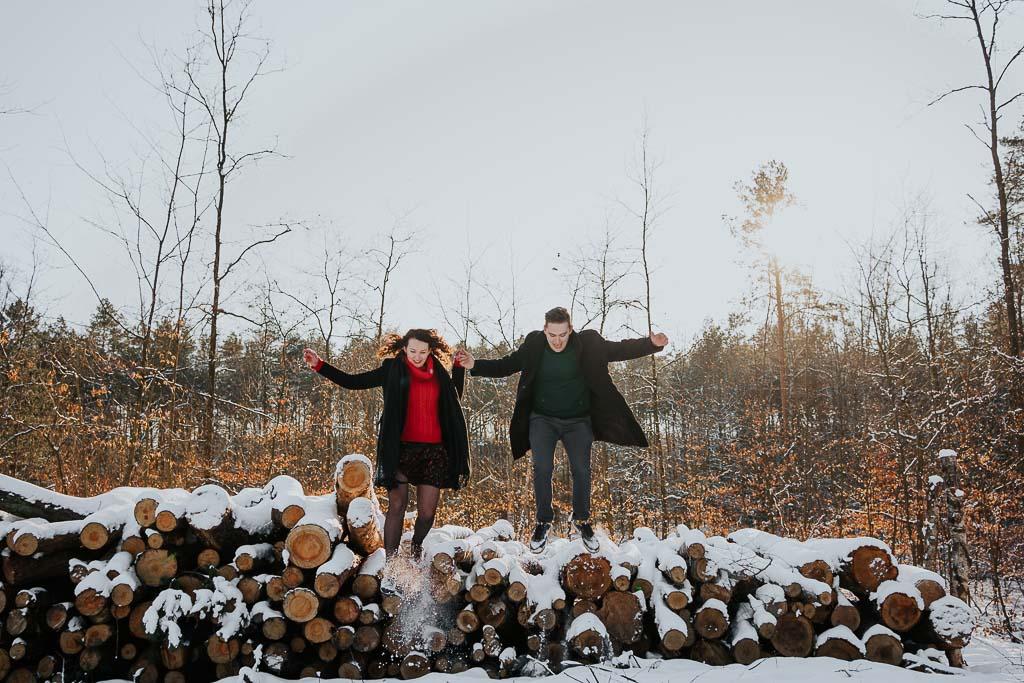 para skacze z drewna w lesie fotograf Legionowo Piotr Czyżewski