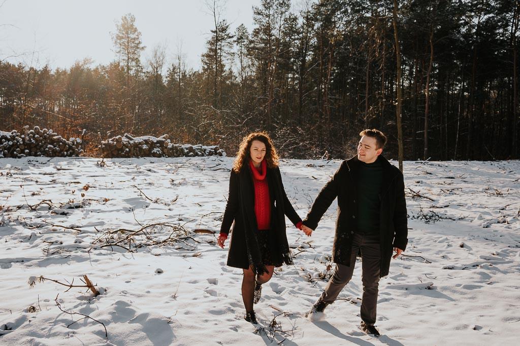 zimowa sesja narzeczeńska w lesie sesja narzeczeńska zimą fotograf Legionowo Piotr Czyżewski