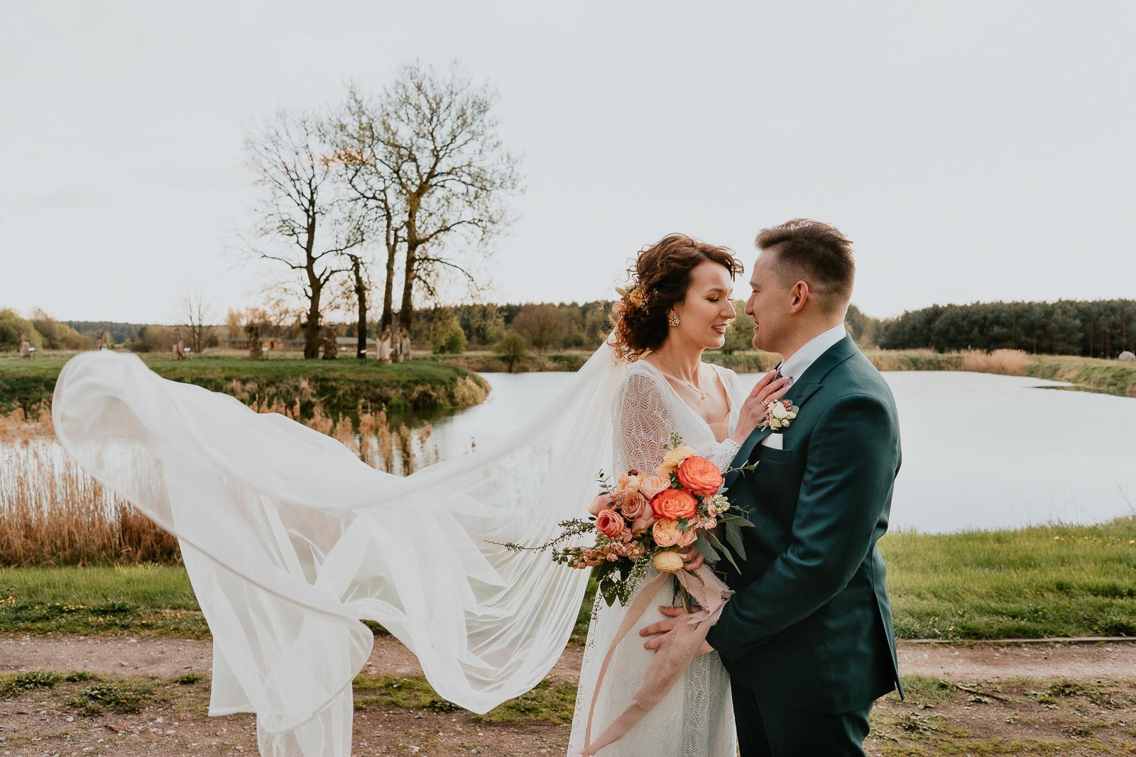 para młoda sesja ślubna rozwiany welon Piotr czyzewski fotograf Legionowo