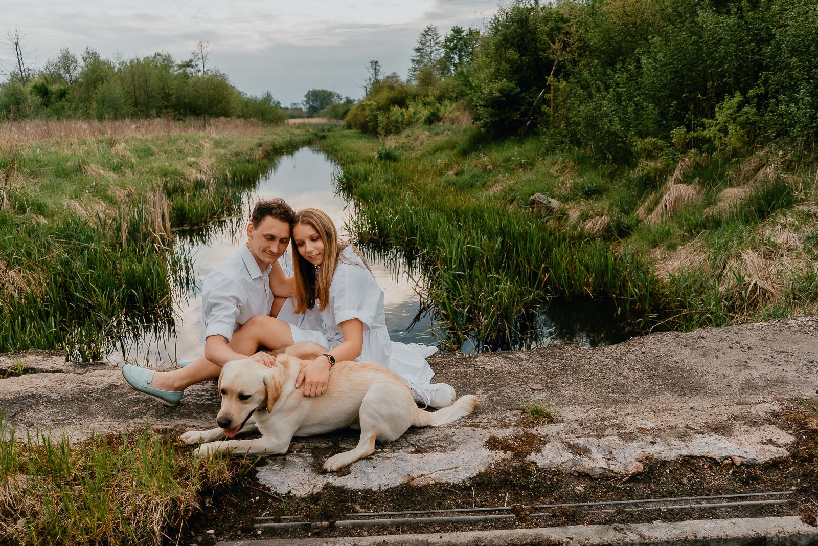 zakochana para z psem Piotr Czyżewski fotograf Legionowo