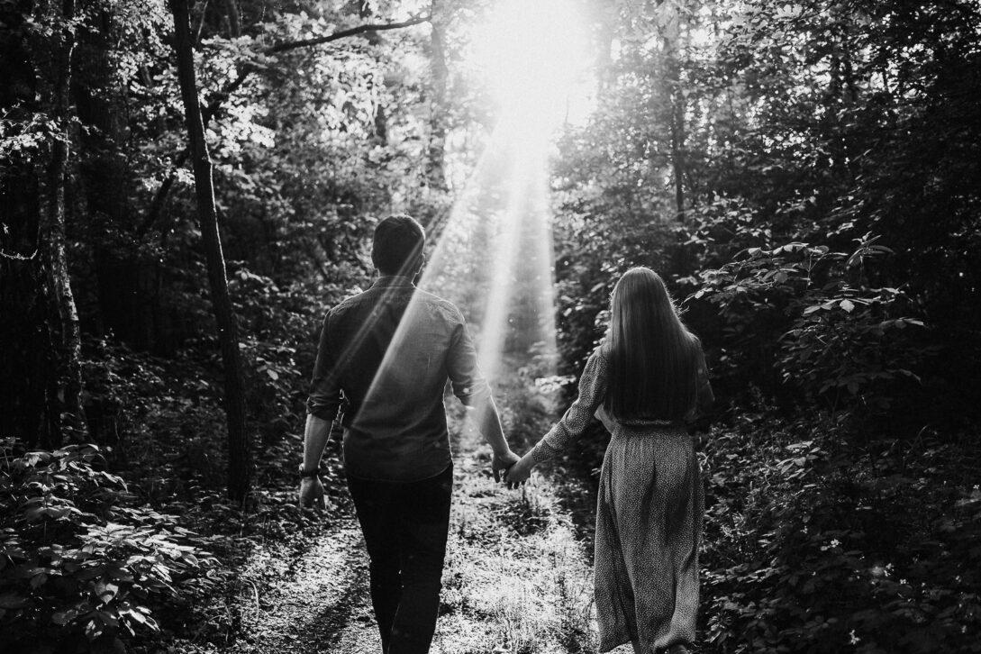 spacerująca para w słońcu sesja nad jeziorem Piotr Czyżewski fotograf Legionowo