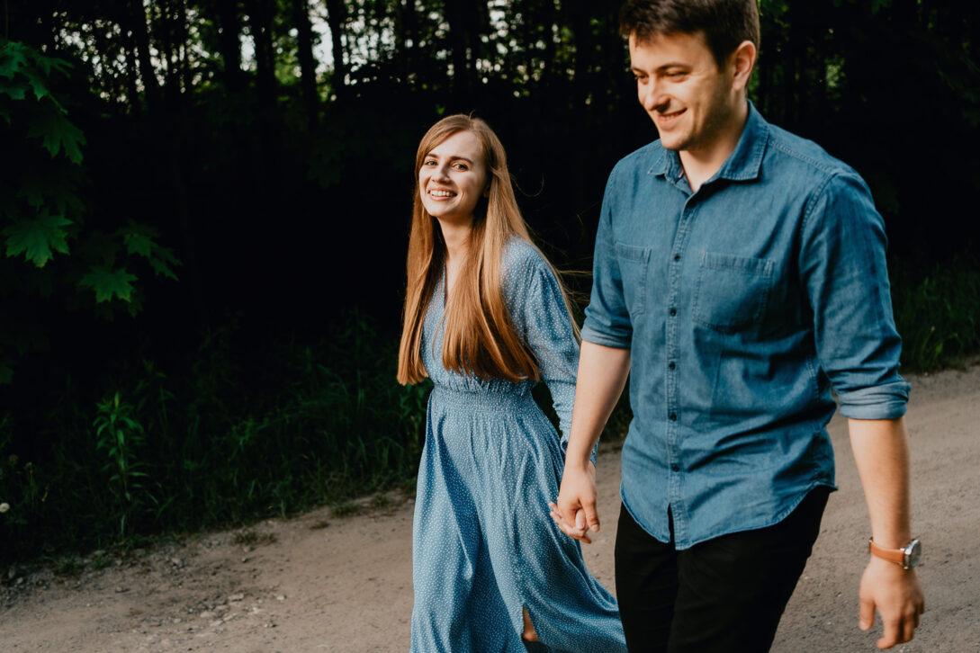 para idzie ścieżką jeansowa koszula niebieska zwiewna sukienka sesja nad jeziorem Piotr Czyżewski fotograf Legionowo