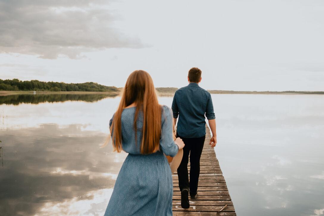 molo jezioro zakochana para sesja nad jeziorem Piotr Czyżewski fotograf Legionowo