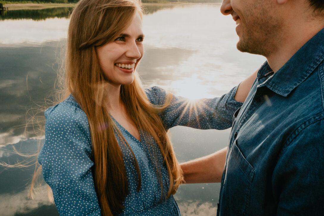 uśmiechnięta narzeczona na molo sesja nad jeziorem Piotr Czyżewski fotograf Legionowo