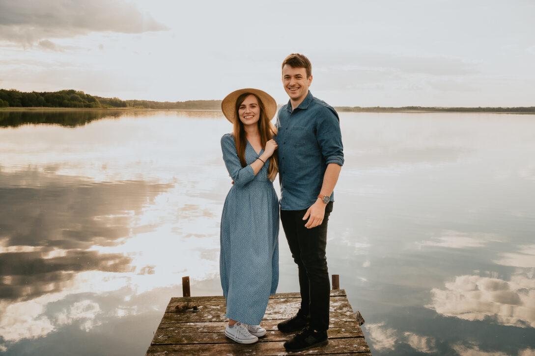 portret pary zakochanej na molo nad jeziorem sesja nad jeziorem Piotr Czyżewski fotograf Legionowo