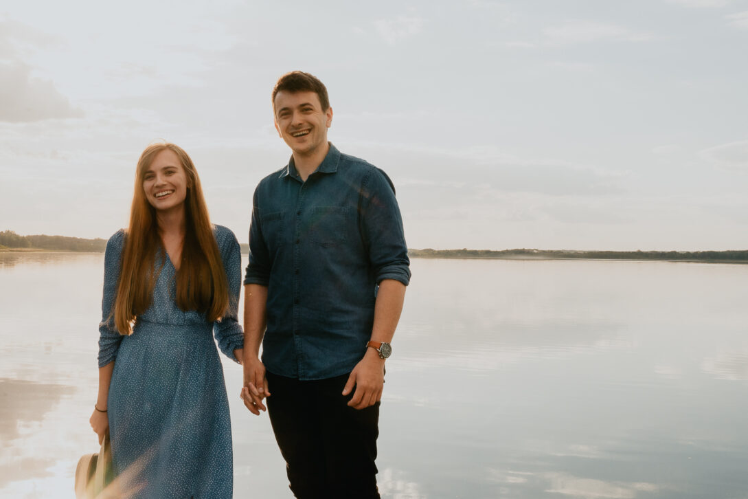 uśmiechnięta para na molo sesja nad jeziorem Piotr Czyżewski fotograf Legionowo