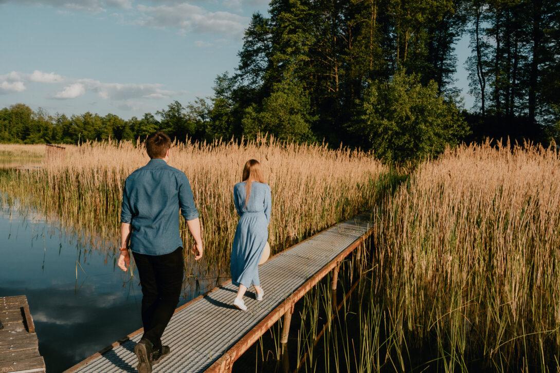 spacer wśród tataraków sesja nad jeziorem Piotr Czyżewski fotograf Legionowo