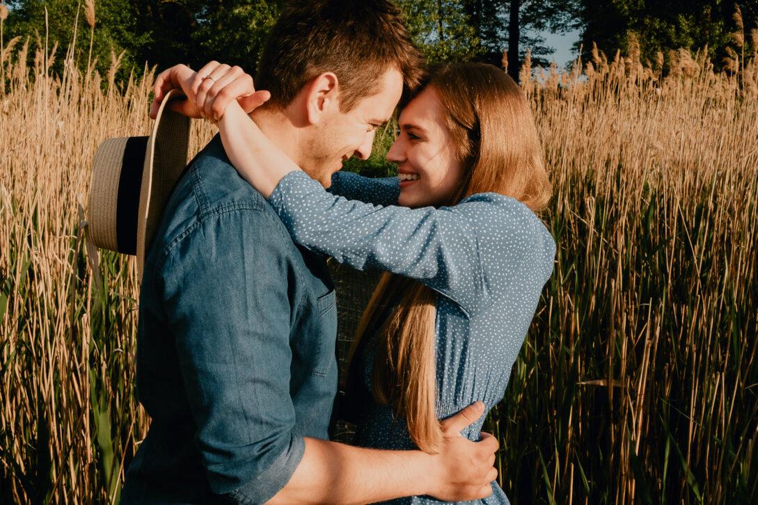 para przytula się czołem wśród tataraków sesja nad jeziorem Piotr Czyżewski fotograf Legionowo