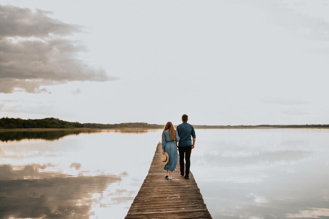 para idzie po drewnianym pomoście sesja nad jeziorem Piotr Czyżewski fotograf Legionowo