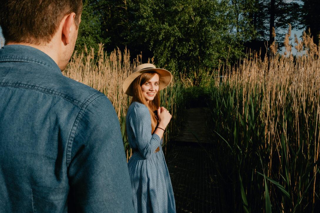 dziewczyna ogląda się za narzeczonym sesja nad jeziorem Piotr Czyżewski fotograf Legionowo