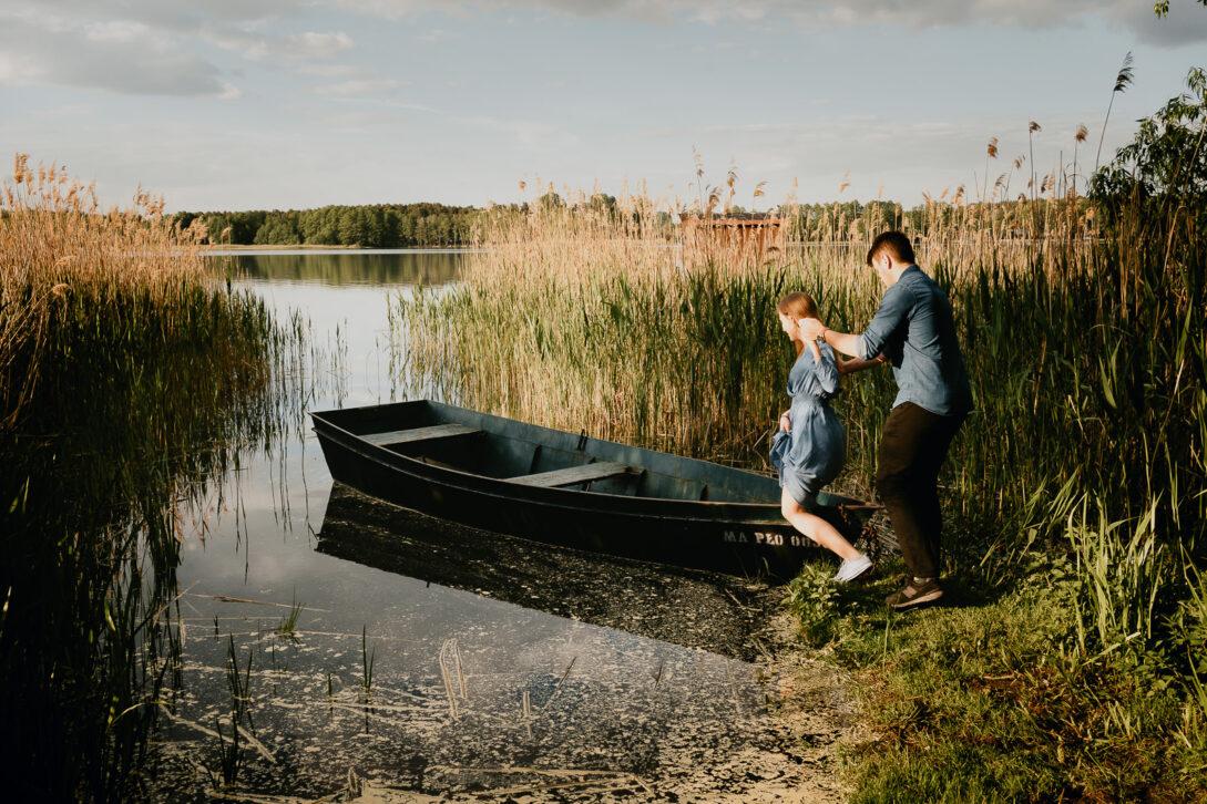 para wchodzi na łódkę sesja nad jeziorem Piotr Czyżewski fotograf Legionowo