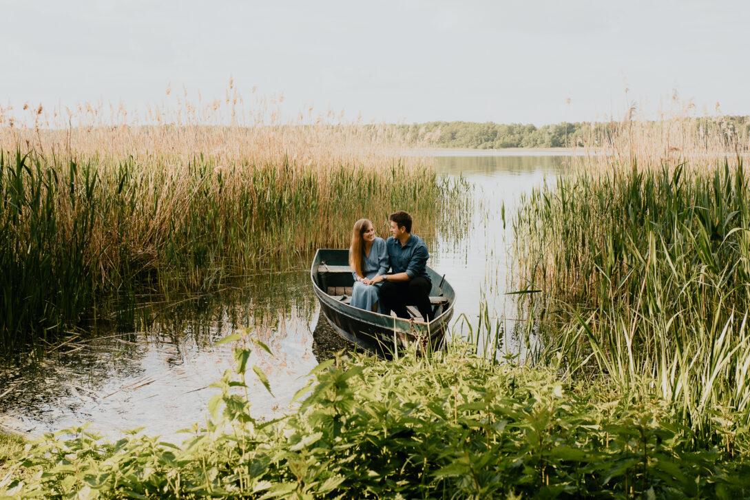 para przytula się siedząc na łódce sesja nad jeziorem Piotr Czyżewski fotograf Legionowo