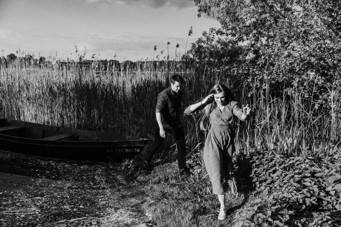 para schodzi z łódki sesja nad jeziorem Piotr Czyżewski fotograf Legionowo