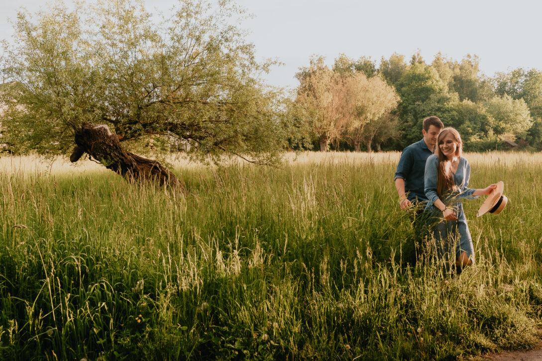 spacer w wysokiej trawie sesja nad jeziorem Piotr Czyżewski fotograf Legionowo