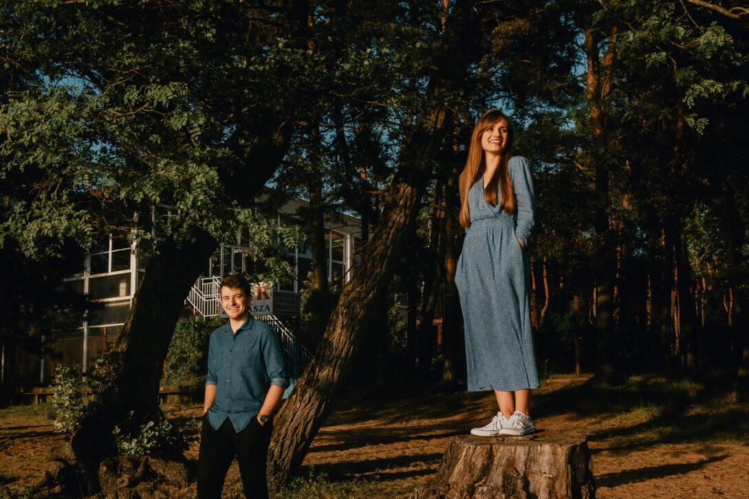 portret pary dziewczyna na pniu sesja nad jeziorem Piotr Czyżewski fotograf Legionowo