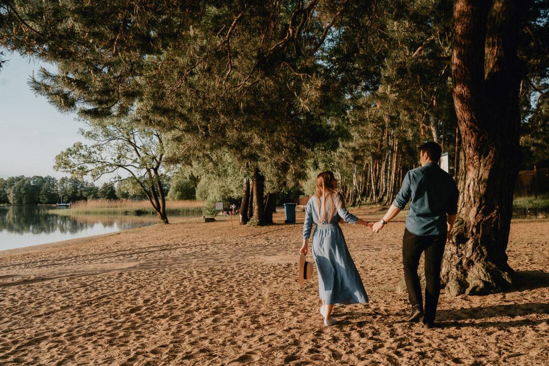 zakochana para spaceruje po plaży sesja nad jeziorem Piotr Czyżewski fotograf Legionowo