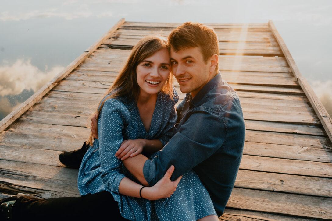 przytulona para na ponosicie sesja nad jeziorem Piotr Czyżewski fotograf Legionowo