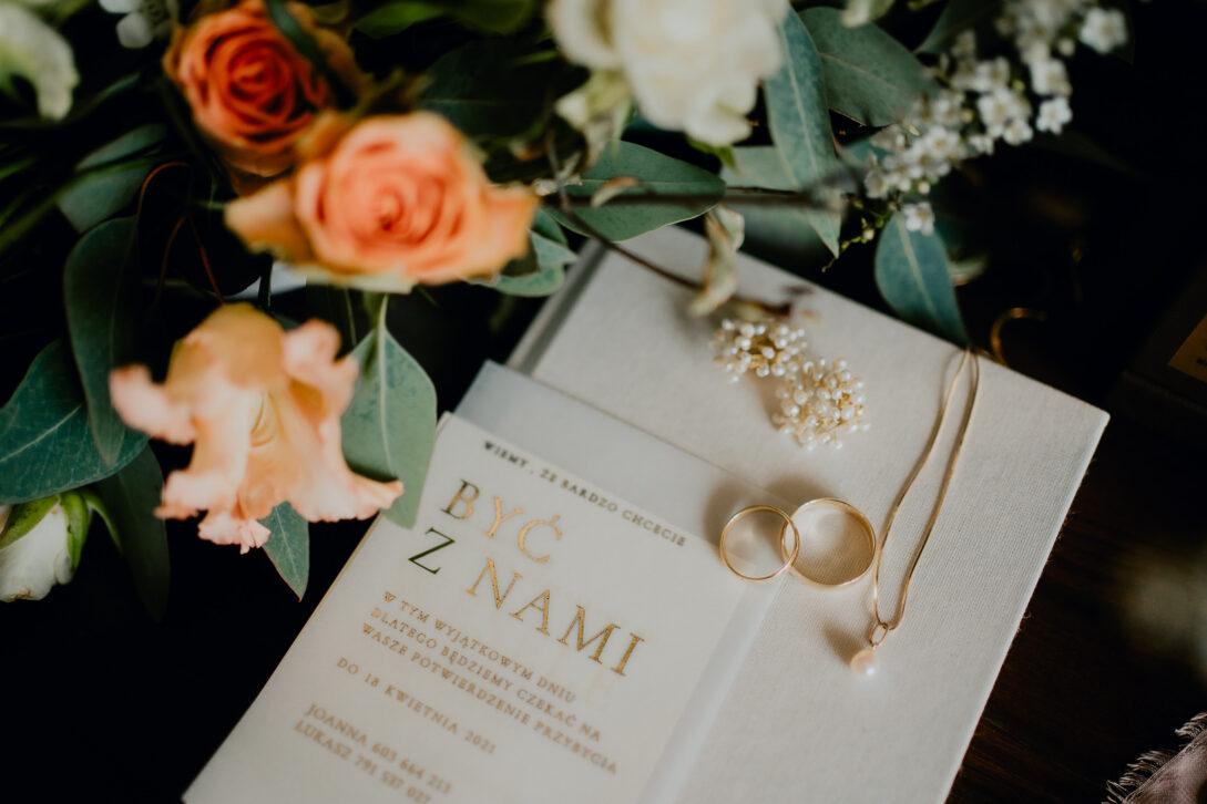 biżuteria panny młodej OrÄ kwiaty i zaproszenie wesele w namiocie piotr Czyżewski fotograf na ślub Legionowo