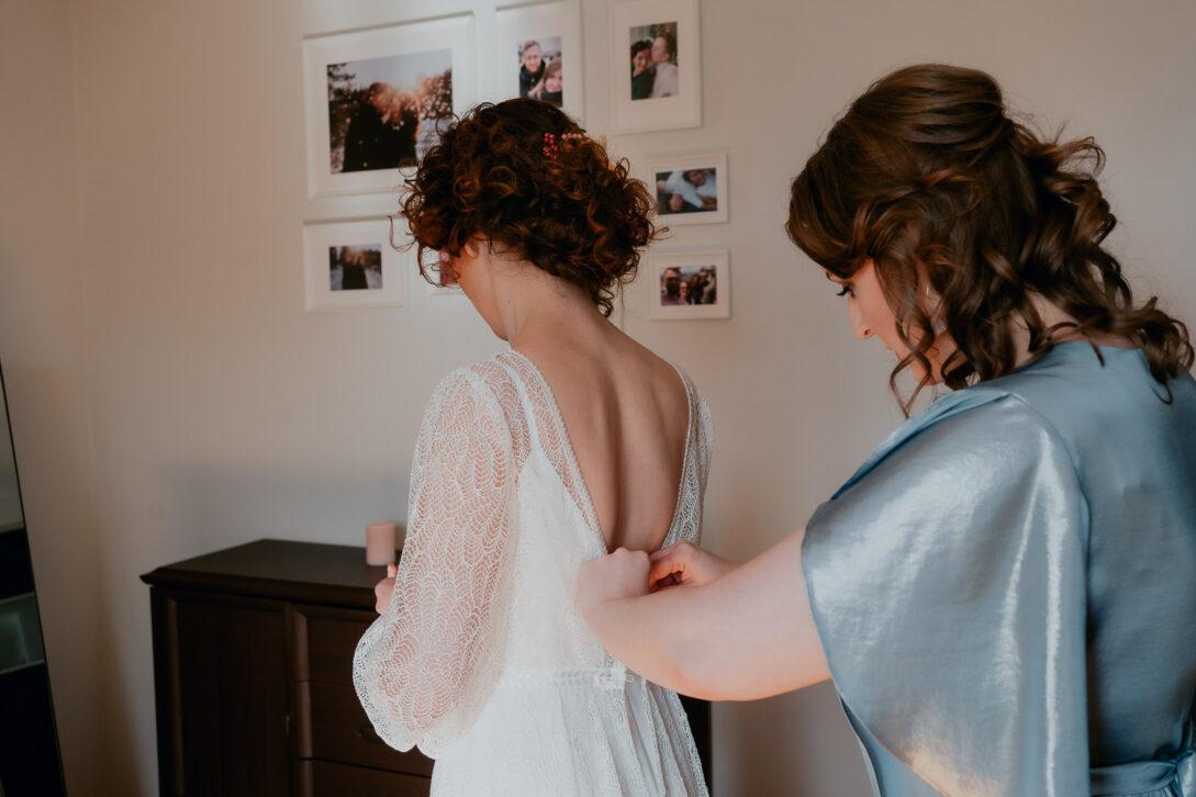 świadkowa zapina suknię wesele w namiocie piotr Czyżewski fotograf na ślub Legionowo