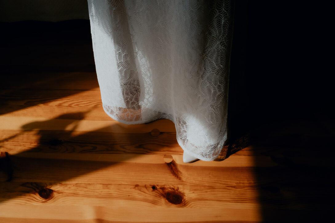 dół sukni ślubnej wesele w namiocie piotr Czyżewski fotograf na ślub Legionowo