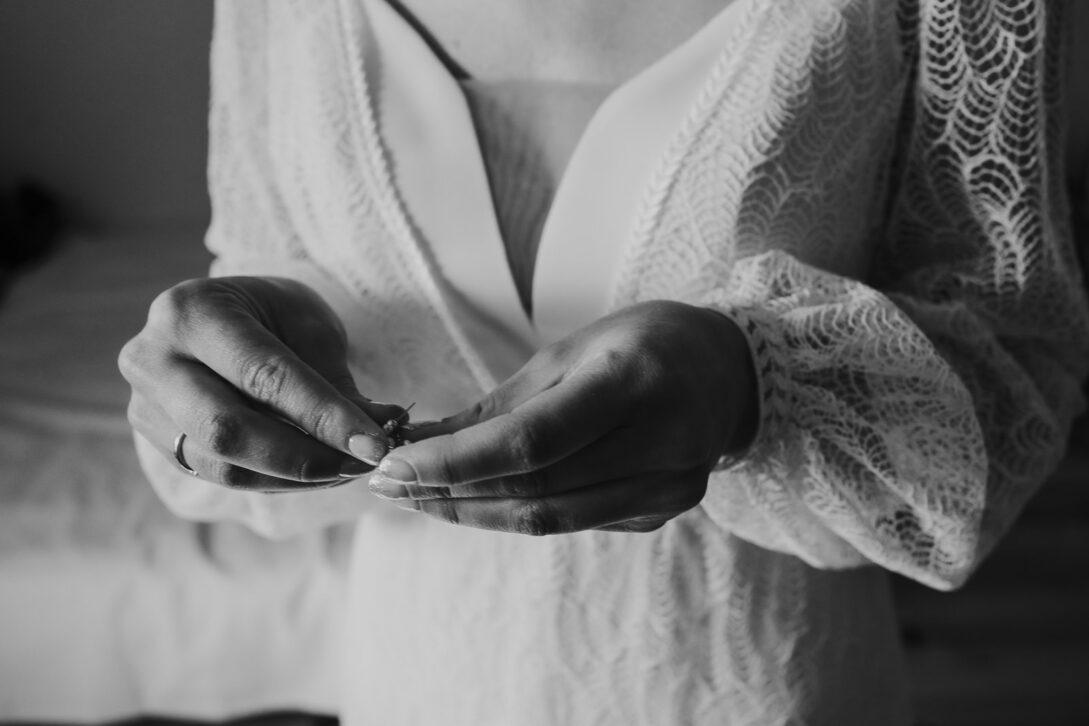 dłonie panny młodej z biżuteria wesele w namiocie piotr Czyżewski fotograf na ślub Legionowo