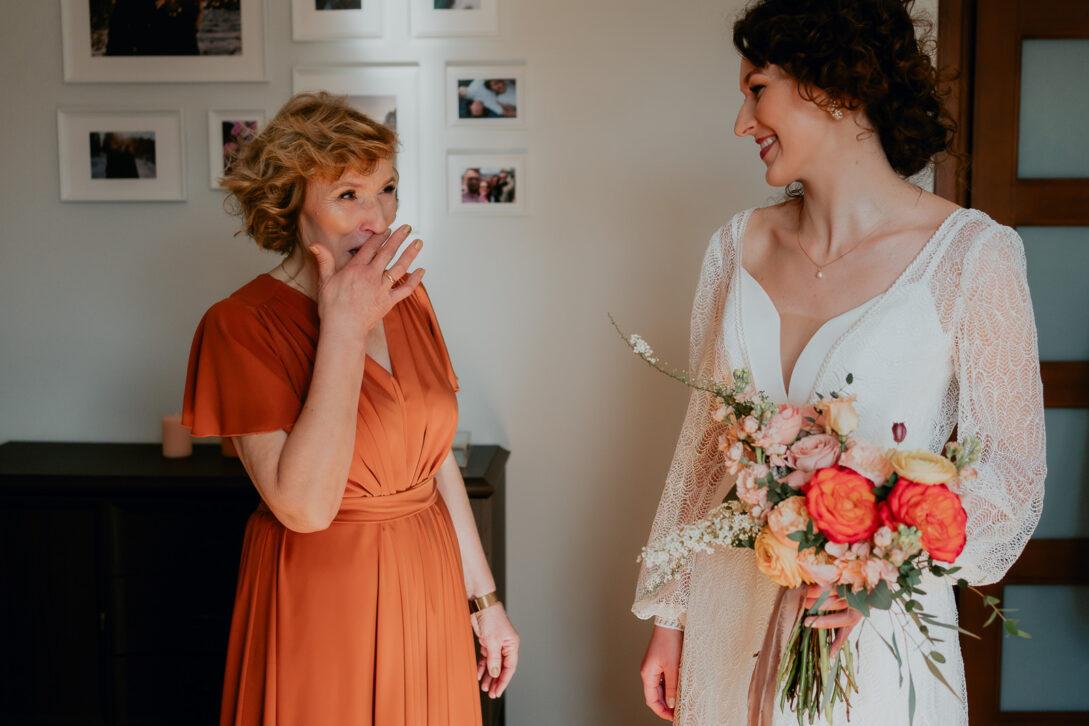 wzruszona mama panny młodej ociera lzy wesele w namiocie piotr Czyżewski fotograf na ślub Legionowo