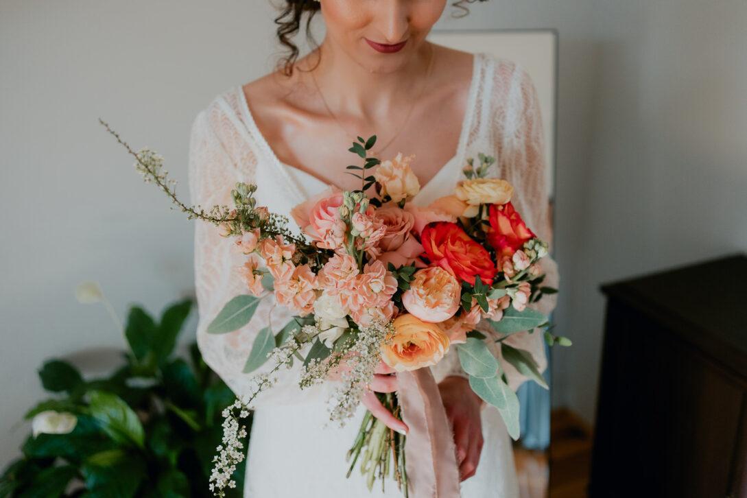 bukiet ślubny panny młodej w jej rękach wesele w namiocie piotr Czyżewski fotograf na ślub Legionowo