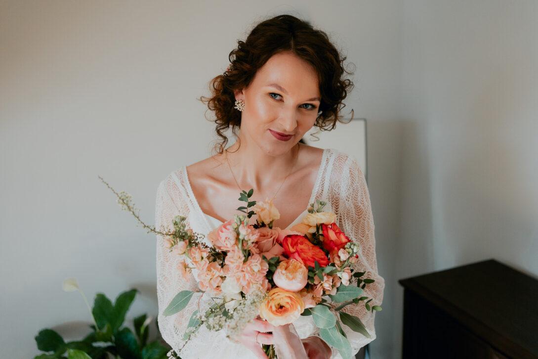 portret panny młodej z bukietem wesele w namiocie piotr Czyżewski fotograf na ślub Legionowo