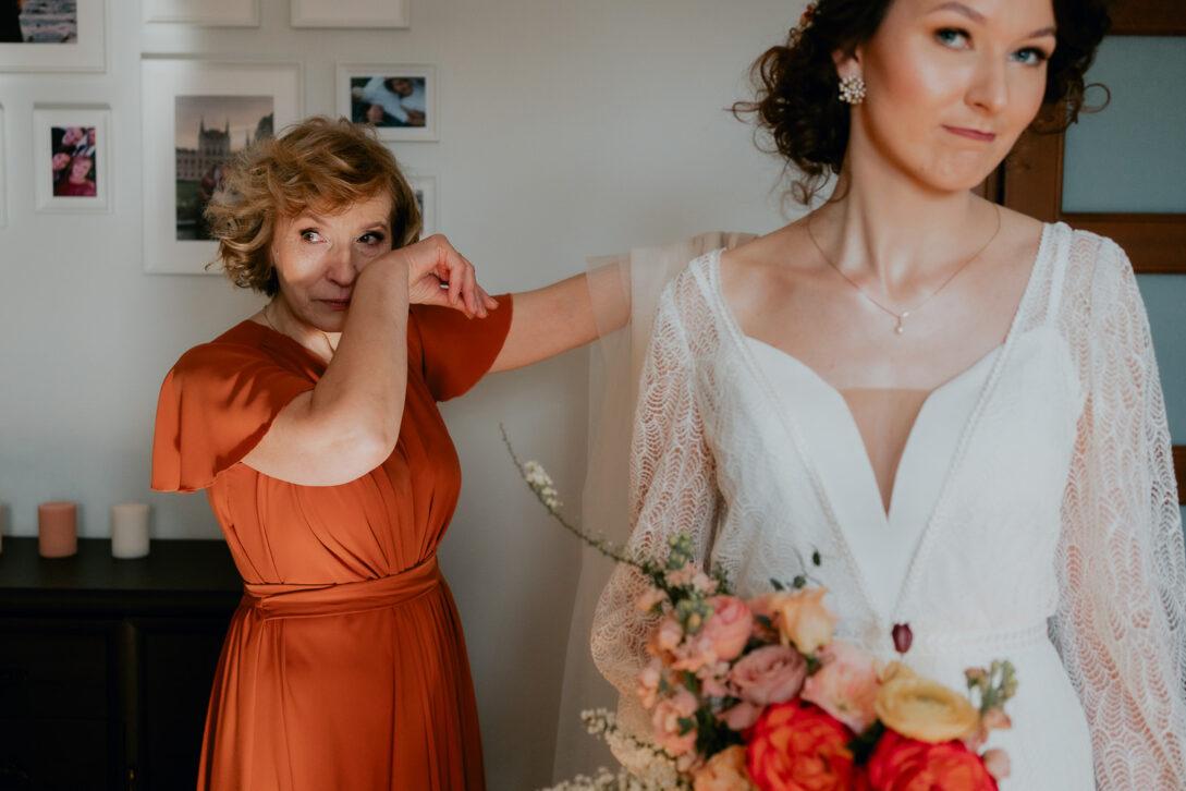 mama pany młodej wzruszona stoi za nią wesele w namiocie piotr Czyżewski fotograf na ślub Legionowo