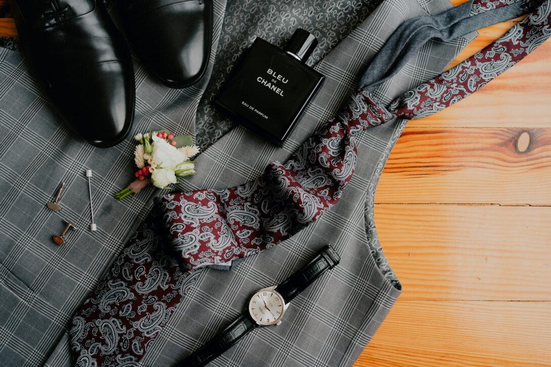 garderoba i dodatki pana młodego zegarek spinki perfumy buty kamizelka wesele w namiocie piotr Czyżewski fotograf na ślub Legionowo