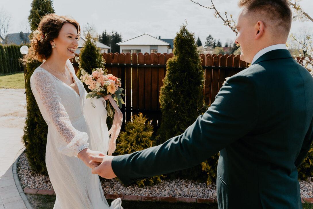spotkanie pary młodej first look radośni wesele w namiocie piotr Czyżewski fotograf na ślub Legionowo