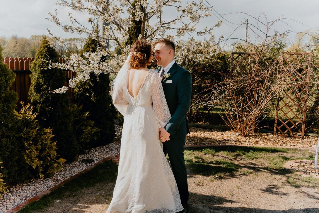 para młoda przytula się podczas first look wesele w namiocie piotr Czyżewski fotograf na ślub Legionowo