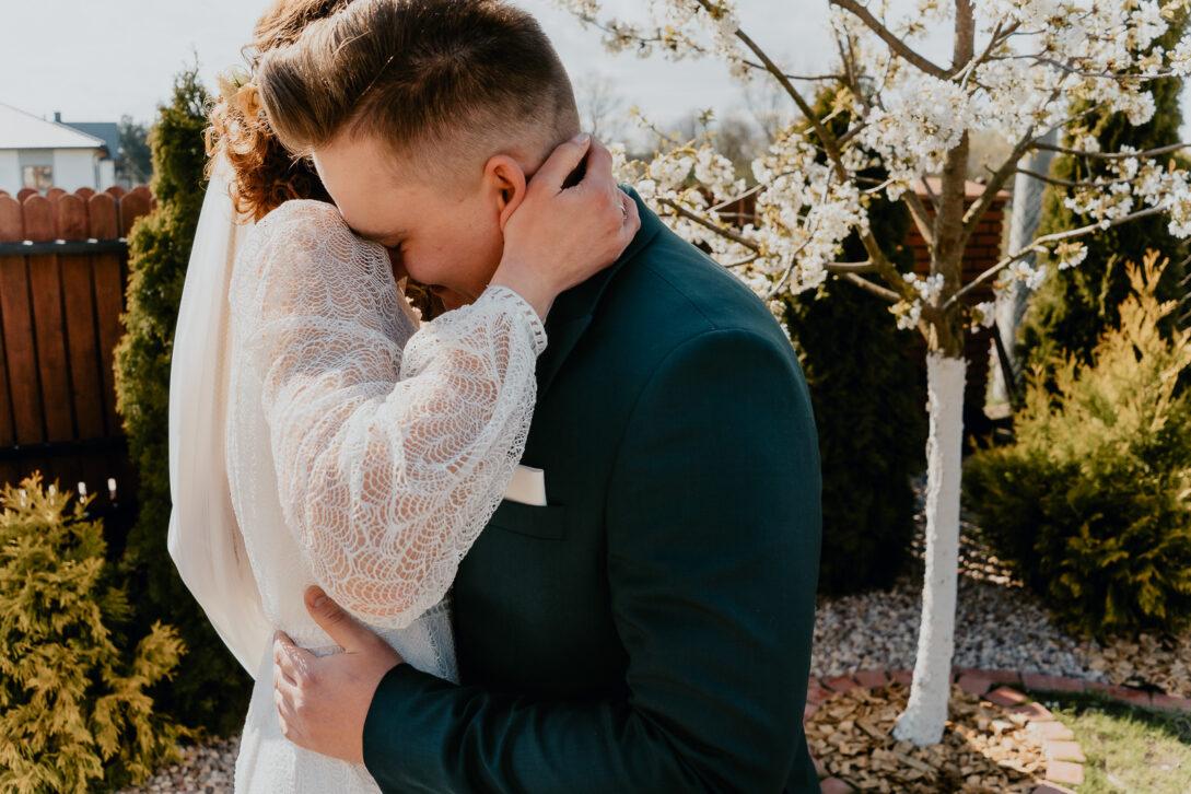 panna młoda wtula się w pana młodego wesele w namiocie piotr Czyżewski fotograf na ślub Legionowo