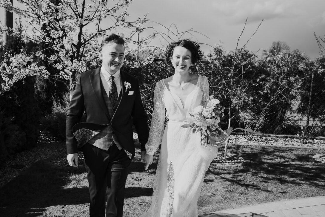 para młoda idzie trzymając się za rękę wesele w namiocie piotr Czyżewski fotograf na ślub Legionowo