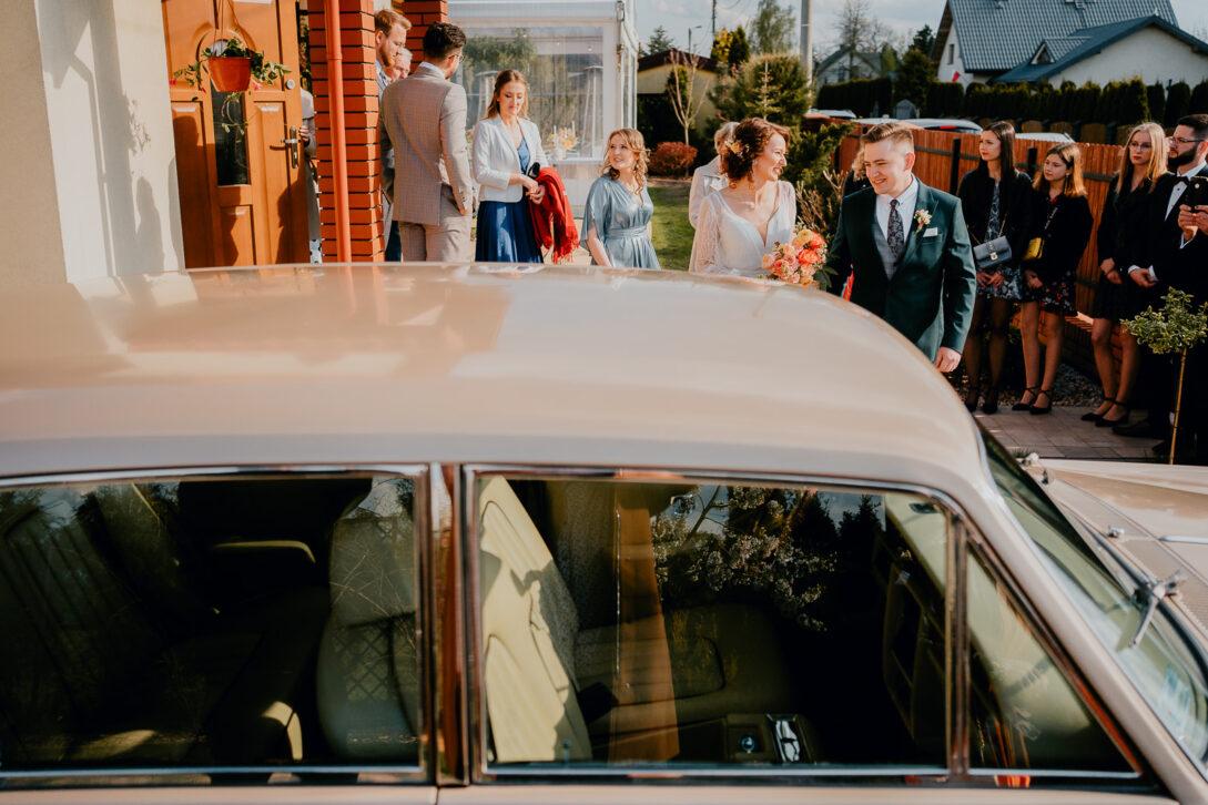 para młoda idzie do auta wesele w namiocie piotr Czyżewski fotograf na ślub Legionowo