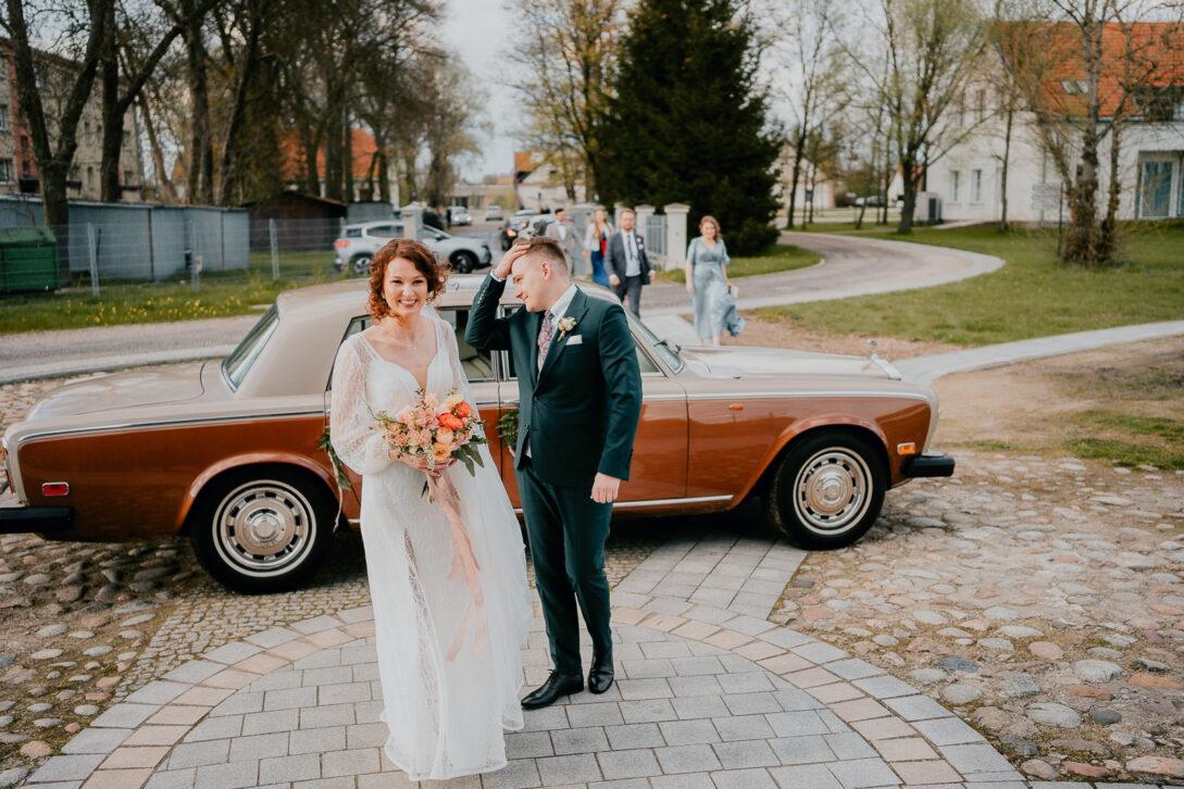 para młoda wychodzi z auta wesele w namiocie piotr Czyżewski fotograf na ślub Legionowo
